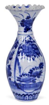 清 青花花卉瓜棱瓶