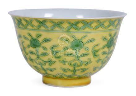 黃釉綠彩桃紋碗