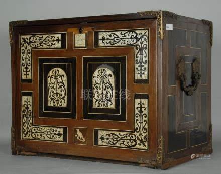 Monetiere lastronato e intarsiato in avorio. XVII secolo. Lievi difetti.Misure : Lung. cm. 51 A