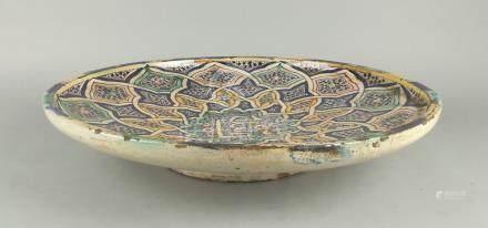 Piatto-vassoio in ceramica policroma. Area orientale. Marchio sul fondo. Misure : Diam. cm. 38