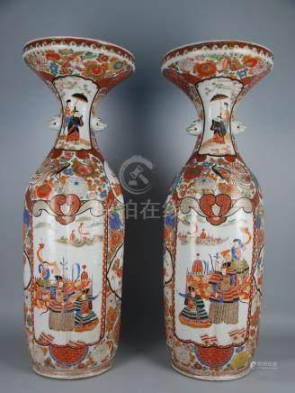 Coppia di vasi a tromba in porcellana Imari dipinta. Giappone. XVIII secolo. Uno con felatura s
