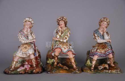 Tre sculture in porcellana policroma raff. 'CACCIATORI SCOZZESI'. XIX secolo. Due con difetti.M