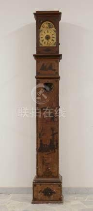 Orologio a torre con cassa in legno laccato e decoro a chinoiserie. Inizi XIX secolo. Difetti.M