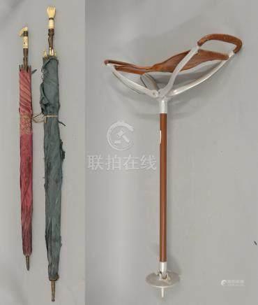 Lotto composto da due ombrellini con impugnatura in avorio e bronzo finemente cesellato, period