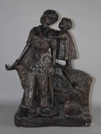 Scultura in terracotta smaltata raff. 'CONTADINA CON BAMBINO'. Inizi XX secolo.Misure : Alt. cm