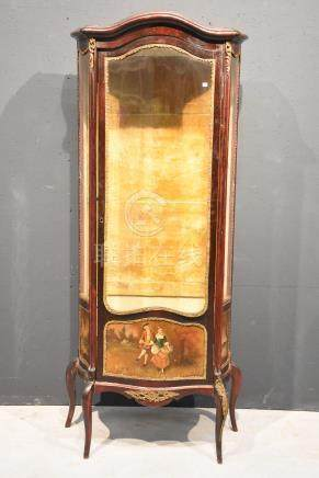 Vitrine galbée Napoléon III, Vernis Martin, vitres latérales cassées (Ht 175 x 72 x 38cm)
