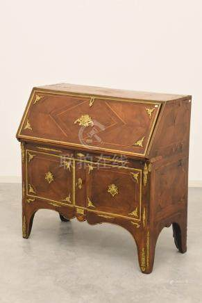 Bureau de pente régence en marqueterie rehaussée de bronzes dorés, travail français début 18ème