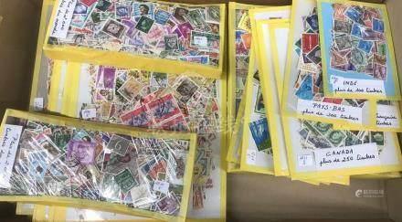 vrac de +/- 25000 timbres oblitérés pays divers