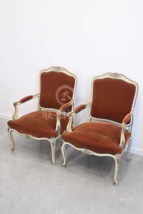 Paire de fauteuils de style Louis XV en bois sculpté et peint