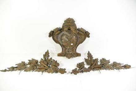 Trois éléments décoratifs en plâtre(Ht.60 et  40cm, quelques accidents)
