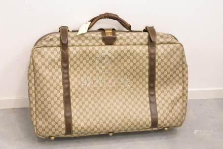 Valise souple Gucci en toile monogramme et cuir (usures, accident à la poignée, 70 x 45 x 18 cm
