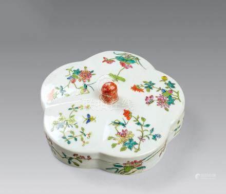 清 粉彩花虫紋格盒