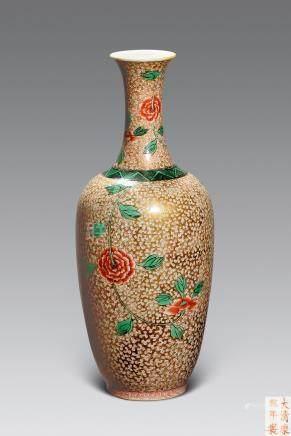 清 金地粉彩花卉紋瓶
