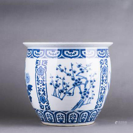A LARGE BLUE AND WHITE PORCELAIN JAR, QING DYNASTY