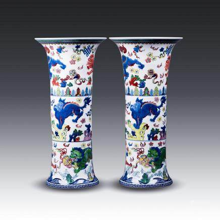 A PAIR OF CHINESE WUCAI BEAKER VASES