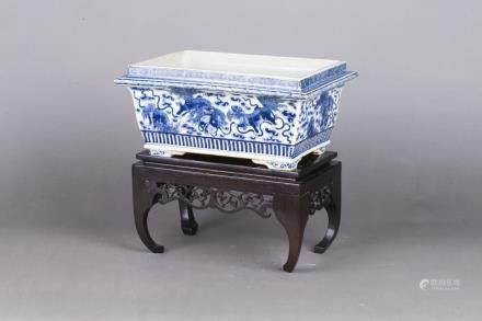 A BLUE AND WHITE PORCELAIN RECTANGULAR JARDINIERE WITH BASE, QING DYNASTY