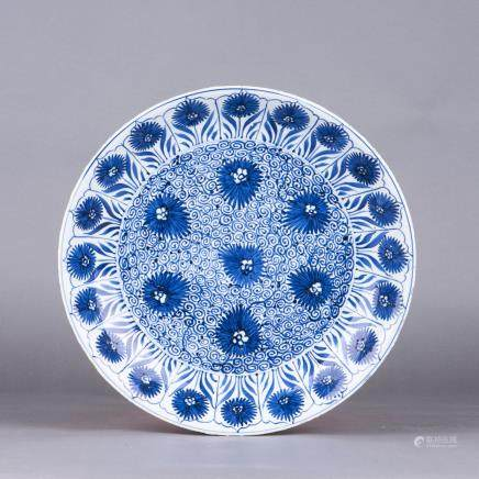 A BLUE AND WHITE PORCELAIN DISH, QING DYNASTY