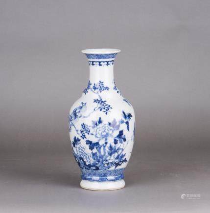 A BLUE AND WHITE PORCELAIN VASE, QING DYNASTY