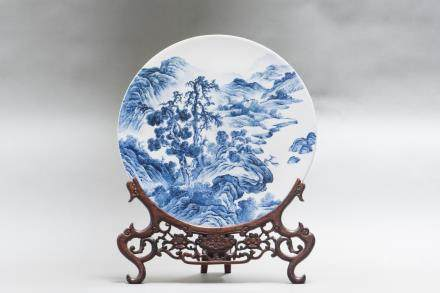 A CHINESE BLUE & WHITE CIRCULAR PLAQUE