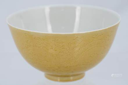 A CHINESE ANTIQUE YELLOW GLAZE DRAGON BOWL