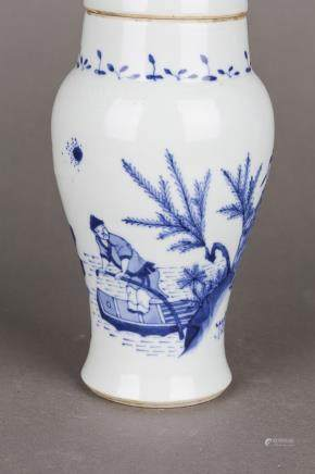 A BLUE AND WHITE PORCLEAIN JAR WITH COVER