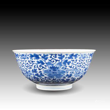 A CHINESE BLUE & WHITE 'FLORAL' BOWL, QIANLONG PERIOD