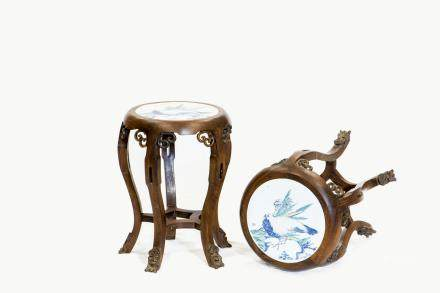A PAIR OF BLUE AND WHITE PORCELAIN HARDWOOD STOOLS