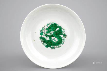 A Chinese famille verte porcelain saucer plate with a dragon, 19/20th C.