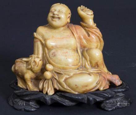 Luohan Pindola mit Fabeltier und Glückspfirsich, China, Qing