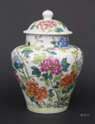 Porzellan-Deckelvase / A Lidded Vase, China, 20. Jh.