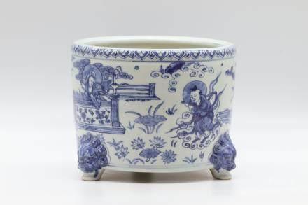 CHINESE BLUE WHITE PORCELAIN TRIPOD CENSER