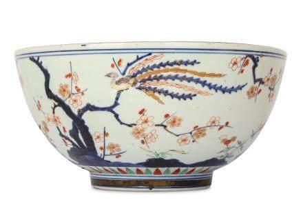 A LARGE JAPANESE IMARI BOWL.