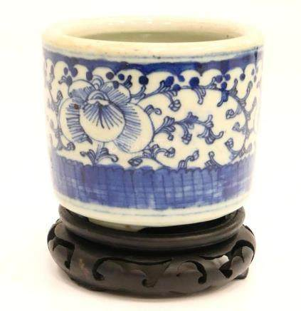 CHINESE BLUE & WHITE LOTUS BLOSSOM BRUCH POT