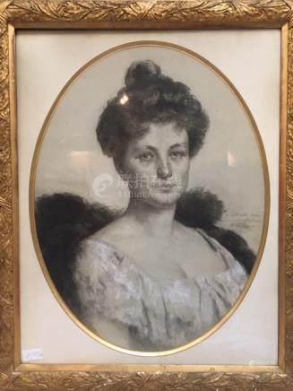 Portrait de femme, au fusain cadre doré à...
