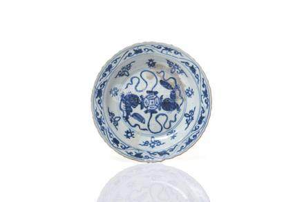 CHINESE MING BLUE & WHITE PORCELAIN DISH