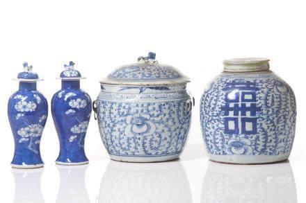 GROUP OF 4 EXPORT BLUE & WHITE PORCELAIN JARS