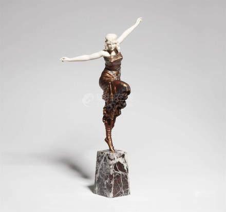 TänzerinSog. Chryselephantine. Metall mit Bronze- und farbiger Lackfassung, Elfenbein, rotweißer