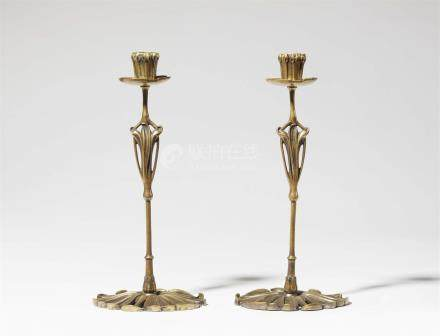 Paar Kerzenleuchter Art NouveauBronze mit goldener Patina. Vierteilig, verschraubt. Ohne Marke. Eine