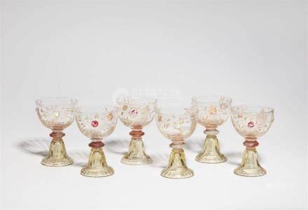 Sechs Pokale aux chrysanthèmesKlarglas mit vergoldeter Tiefätzung, orange- und honiggelb