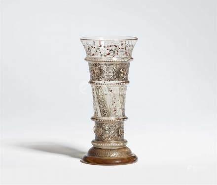 Frühes Stangenglas von Emile GalléBraunstichiges Klarglas mit rauchfarbener Patina, erhabener