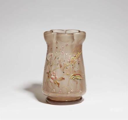 Bedeutende Vase mit SumpfpflanzenRauchfarbenes, innen mattes Glas mit patinierter und vergoldeter