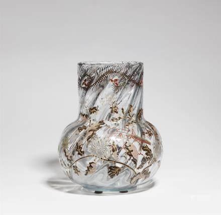 Vase mante religieuseSchräg geripptes Klarglas mit polychromem Reliefemail, goldkonturiert,
