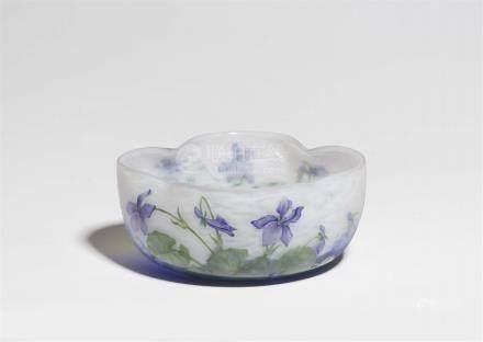 Coupe violetsAußen matt geätztes Glas mit wolkigen Pulvereinschmelzungen in Weiß und Blau, grüner