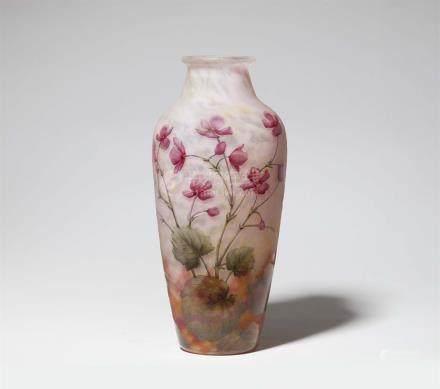 Vase violetsMatt geätztes Glas mit gewölkten Pulvereinschmelzungen in Gelb, Rosa und Weiß,