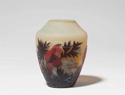 Vase coquelicotMatt geätztes, gelb unterfangenes Glas mit hellblauen Pulvereinschmelzungen, rotem