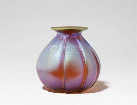 """Vase in KnospenformSog. """"Myra-Kristall"""", formgeblasenes Klarglas mit Gelbätzung und Irisierung. Ohne"""