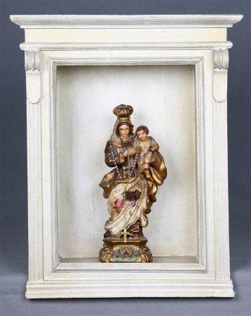 Virgen del Carmen con rosario, en su capilla.