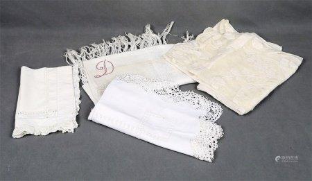 Lote formado por 4 piezas textiles con encajes antiguos.