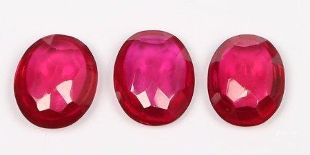 Lote formado por 3 rubíes, oval bombe.