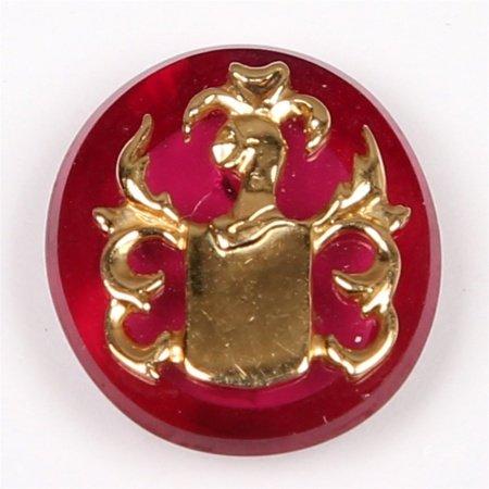 Rubi, talla oval, decorado con escudo en oro.